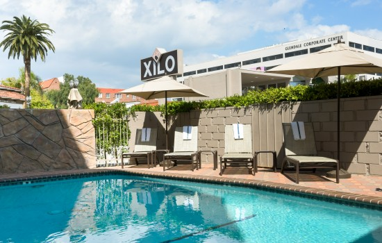 Welcome To Hotel Xilo Glendale - Poolside Seating